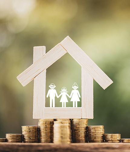 Ein Immobilienexperte berücksichtigt bei der Wertermittlung unter anderem die folgenden Punkte